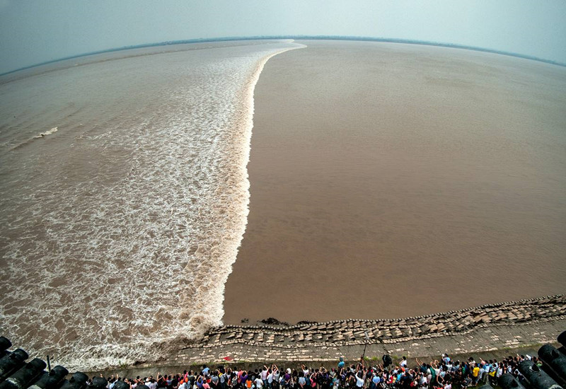 Qiantang_tide_watching_02.jpg